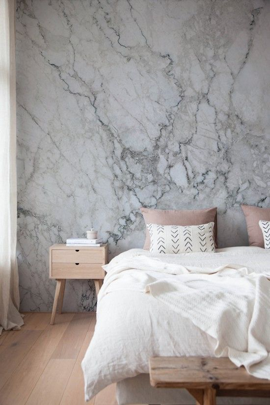 slaapkamer met marmer wand